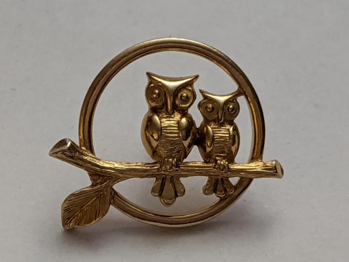 239202 Vintage Tie Pin 1970s AVON Owl Owls Branch Circle Goldtone Tie Tack